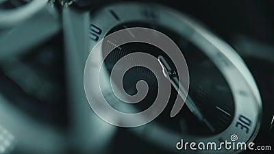 Detalle de lujo del reloj del hombre, cronógrafo o ascendente cercano del contador de tiempo Mida el tiempo del concepto Visión m almacen de video