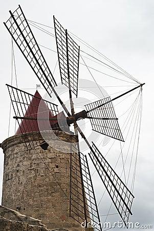 Detalle del molino de viento viejo