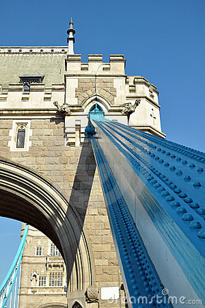 Detalle del puente de la torre: ferroso y bas-reliefs