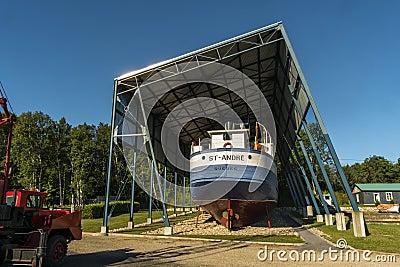 Detrás de un barco viejo Foto de archivo editorial