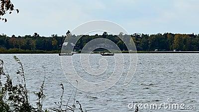 Deux bateaux de pêche sur un lac en automne tôt banque de vidéos