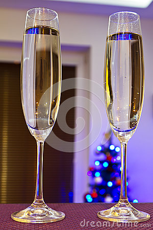 Deux cannelures de champagne pendant la bonne ann