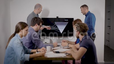 Deux experts se produisent lors d'une réunion d'affaires et font la démonstration du plan de vente dans la salle de bureau banque de vidéos