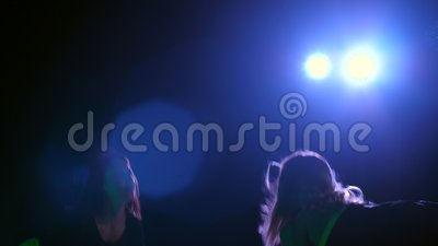 Deux figures, sportives, femmes faisant la force s'exerce avec les plats lourds, la nuit, dans la fumée légère, brouillard, dans  banque de vidéos