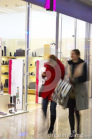 Deux filles au centre commercial