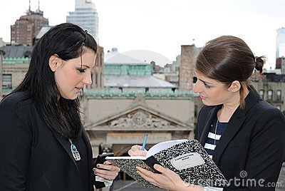 Deux filles dictant des notes