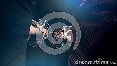 Deux footballers se tenant tête à tête sur une arène folâtre banque de vidéos