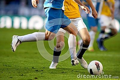 Deux footballeurs luttent