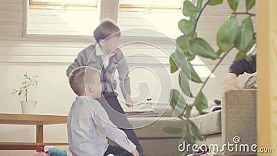 Deux garçons jetant des coussins à quelqu'un clips vidéos