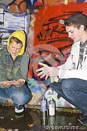Deux garçons nettoyant des mains
