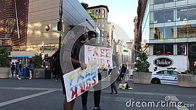 Deux hommes offrent les ?treintes libres aux gens sur Union Square occup? ? Manhattan banque de vidéos