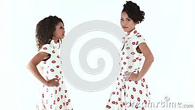 Deux mannequins posant dans le studio Modèle américain noir et modèle asiatique d'isolement à l'arrière-plan blanc Projectile de  clips vidéos