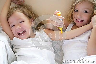 Ange •• A l'Eau de Rose ... Deux-petites-soeurs-jumelles-m%C3%A9decins-de-pi%C3%A8ce-avec-la-seringue-8519984