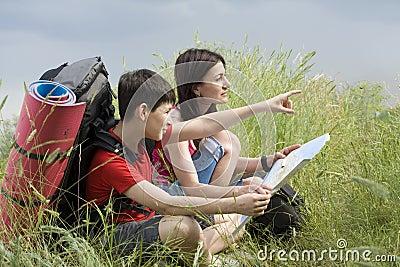 Deux randonneurs avec la carte