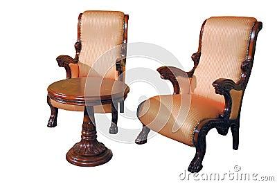 Deux sièges et tables