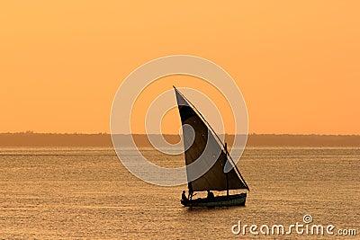 Dhow mozambiqueño en la puesta del sol