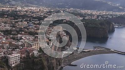 Di Sorrente, comune dans la province de Naples, voyage, hôtels, beaux nuages de méta de laps de temps de Hiper banque de vidéos