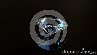 Diamant auf der reflektierten Tabelle stock video footage