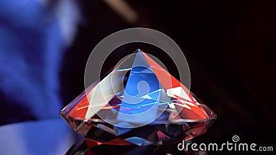 Diamant, der auf eine Oberfläche sich dreht und in den Strahlen des Lichtes flackert stock video