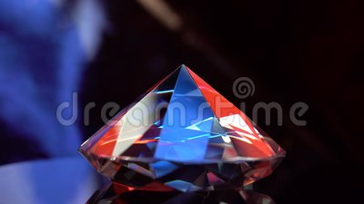 Diamant die op een oppervlakte roteren en in stralen van licht trillen stock video