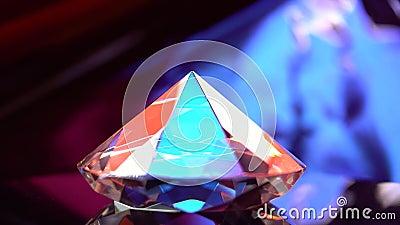 Diamant glüht mit Höhepunkten, weil er vielfältig und transparent ist stock video footage