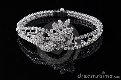 Diamond bracelet with reflection