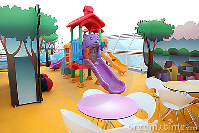 Diapositiva del muchacho en el patio de los niños