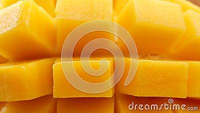 Diapositive mango Frutta tropicale organica, Mango a fette fresche rotazione al quadrato in slow motion 4k stock footage