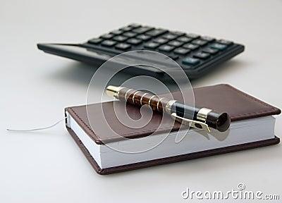 Diario, pluma y calculadora