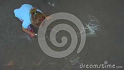 Dibujo de la muchacha en el asfalto almacen de video