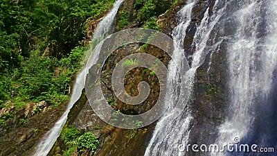 Dichte Mening van Waterval onder Bosbouw Rocky Hills stock footage