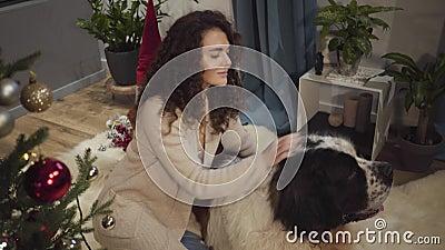 Dichte portret van een vrolijke brunette vrouw die het hoofd van haar huisdier sloeg en glimlachte Positief Kaukasisch meisje en  stock videobeelden