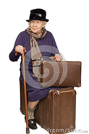 die alte dame sitzt auf einem koffer lizenzfreie. Black Bedroom Furniture Sets. Home Design Ideas