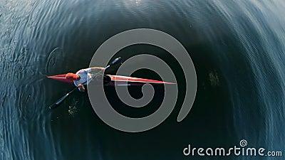 Die Aussicht auf die Wasseroberfläche und ein Mann, der durch sie Kajak macht stock video footage