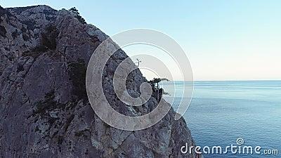 Die Aussicht auf die wilden Felsen im Meer Schuss Felsen unter Erosionseinfluss getrennt vom allgemeinen Gebirgsmassiv mächtig stock footage