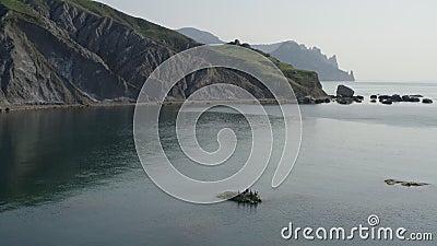 Die beeindruckende Bergwelt und die Küste Steine halten Wasser in der Nähe der Küste aus stock video footage