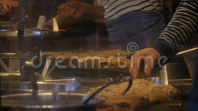 Die Chefköche bereiten Omeletts, Pfannkuchen, Nudeln und andere köstliche Gerichte in einem Fast-Food-Kiosk zu Seitenansicht von  stock video footage