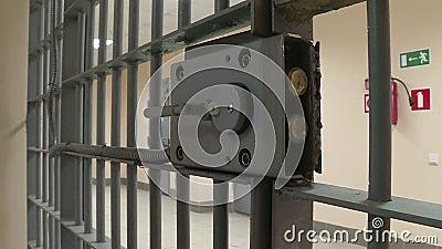 Die Eisentür im Gefängnis stock video