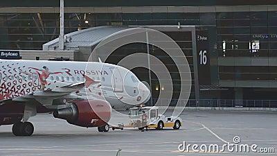 Die Fläche der Fluglinie Russland wird zu theparking Bereich des Flughafens geschleppt stock video