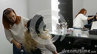 Die Frauenfresser-Treppe macht in einem Schönheitssalon mit Eisen-Eisen-Eisen-Eisen-Spezialitäten eine Haarwurzel Lang schön stock footage