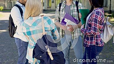 Die glücklichen Freunde, die nach Klassen, die Studenten besprechen zukünftige Karriere sprechen, plant stock video