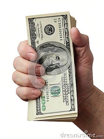 Die Hand des Mannes, die einen Stapel des Amerikaners hundert Dollarscheine anhält