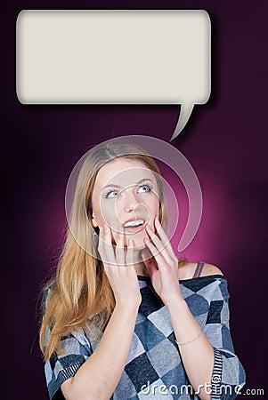 Junge Frau, die oben in der Verwunderung auf Dialogfeld schaut