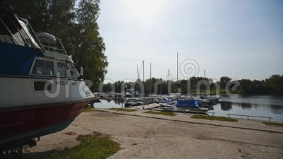 Die Kamera nähert sich dem Pier mit Booten und Booten cinematic stock video