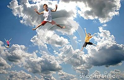 Die Kinder springend in den Himmel
