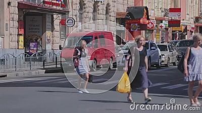 Die Menschen überqueren die Straße Die Leute sind auf der Kreuzung Stadtleben stock video