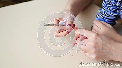 Die Mutter schnitt die Kind-` s Nägel mit Scheren ab Mutter kümmerte sich um den Händen ihres Kindes Nahaufnahme stock video footage
