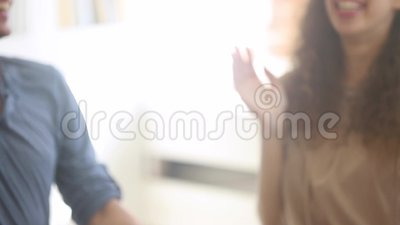 Die Nähe verschiedener Leute, die Hand zusammenstapeln, ist glücklich stock video