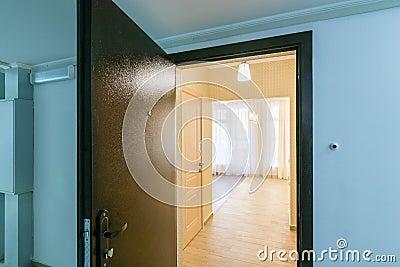 Geöffnete haustür  Geöffnete Haustür | harzite.com