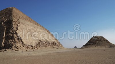 Die Pyramide von Bent ist eine antike ägyptische Pyramide, die sich an der königlichen Nekropole Dahshur befindet, etwa 40 Kilome stock footage